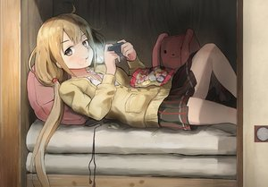 Rating: Safe Score: 1 Tags: 1girl ahoge black_eyes black_skirt buttons candy candy_wrapper chewing earbuds earphones earphones_removed food futaba_anzu handheld_game_console highres holding idolmaster idolmaster_cinderella_girls kamemaru light long_hair long_sleeves long_twintails looking_at_viewer low_twintails lying on_back on_bed pillow playstation_portable pleated_skirt skirt solo stuffed_animal stuffed_bunny stuffed_toy sweater twin_tails wrapper zashiki-warashi User: Domestic_Importer